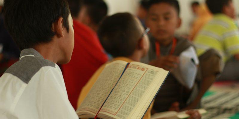 Seorang santri Tahfizh Qur'an Tematik sedang menghafal kisah dalam al-Qur'an